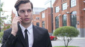 Weg-und Telefon-Gespräch durch Geschäftsmann stock video