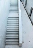 Weg unten zum Keller des Gebäudes Lizenzfreie Stockfotografie