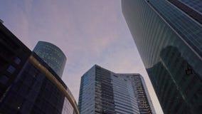 Weg unter den Wolkenkratzern im Finanzbezirk der Stadt tageszeit stock video