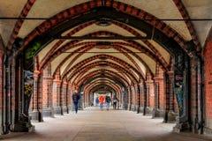 Weg unter einer Brücke in Berlin- - OberbaumbrÃ-¼cke stockfotos