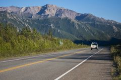 Weg van Alaska Denaliweg in mooi weer stock foto