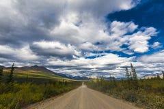 Weg van Alaska Denaliweg in mooi weer stock afbeelding