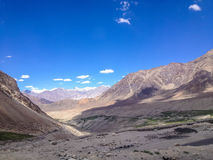 Weg van Khardungla-pas aan Nubra-vallei, Ladakh, India Stock Afbeelding