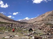 Weg van Khardungla-pas aan Nubra-vallei, Ladakh, India stock foto's