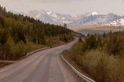 Weg van Narvik aan Tromso-winden naar snow-capped bergen royalty-vrije stock afbeelding