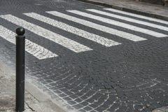 Weg van straatstenen en voetgangersoversteekplaats stock foto