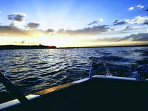 Weg vom Bootssonnenuntergang lizenzfreies stockfoto