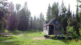 Weg vom kleinen Haus des Gitters in den Bergen Stockfotografie