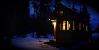 Weg vom kleinen Haus des Gitters in den Bergen Lizenzfreies Stockfoto