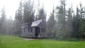 Weg vom kleinen Haus des Gitters in den Bergen Lizenzfreie Stockbilder