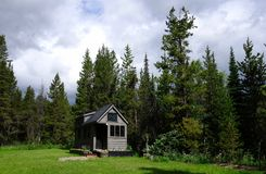 Weg vom kleinen Haus des Gitters in den Bergen Stockfoto