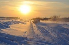 Weg vom Straßenfahrzeug auf Schnee Lizenzfreies Stockbild