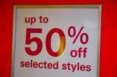 50% weg von alles rotes Zeichen des Verkaufs auf Shopfront-Glasfenster Lizenzfreies Stockbild