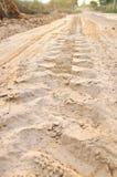 Weg von den Spurweiten der Straße 4X4 auf Landwüstenstrandstraßen-Sand moto Stockbilder