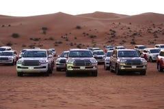Weg von den Straßenfahrzeugen bereitete sich für Safari in der Wüste vor, geparkt in der Reihe, im extremen Sport oder im Abenteu lizenzfreie stockbilder