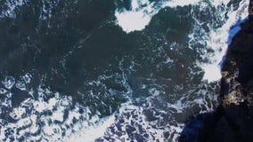 Weg von den Strandklippen zum wallend Meer, auf der Küste von Bali, Indonesien Klimanachhaltigkeitskonzept stock video