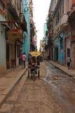 Weg von der geschlagenen Bahn der lokalen Straße in Havana, Kuba Lizenzfreie Stockfotos