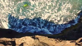 Weg von der Spitze, Strandklippen zum bewegten See, auf der Küste von Bali, Indonesien Klimanachhaltigkeitskonzept stock footage