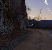 Weg von der Straße auf den Bergen Stockfotografie