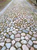 Weg von rauen farbigen Steinen stockfotografie