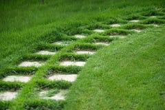 Weg von Steinfliesen, gelegt auf das lawn-2 Stockfotos