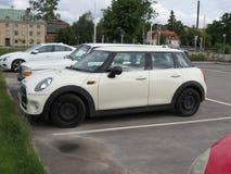 Weg von weißem Mini Cooper in Stockholm Lizenzfreie Stockfotos