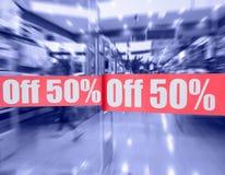 Weg von 50% - Zeichen auf Ladentür Stockbild