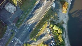 Weg voor auto's luchtmening vanaf bovenkant rond groene aard royalty-vrije stock afbeelding
