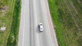 Weg voor auto's luchtmening vanaf bovenkant rond groene aard hommel stock videobeelden