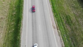 Weg voor auto's luchtmening vanaf bovenkant rond groene aard stock footage