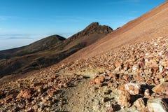 Weg in vulkanische bergen stock fotografie