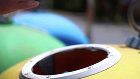 Weg werpend lege, plastic fles in het recycling van bak stock videobeelden