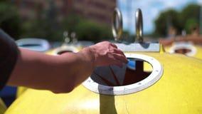 Weg werpend plastic, beschikbare mok in het recycling van bak stock video