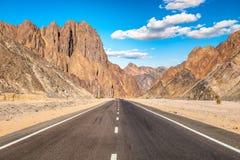 Weg in woestijn stock foto's