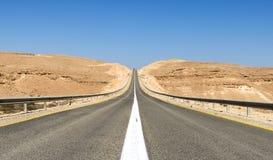 Weg in woestijn van Negev, Israël Stock Afbeeldingen