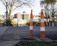 Weg woker, kegel en verkeersteken die op witte achtergrond wordt geïsoleerd Stock Afbeelding