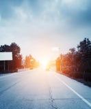 Weg, wolken en de blauwe hemel Stock Fotografie