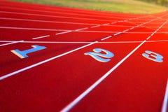 Weg-Zahlen auf einer Stadion-Spur Stockbild