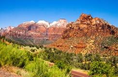 Weg in Zion National Park, Utah, de V.S. De zomerreis royalty-vrije stock afbeelding