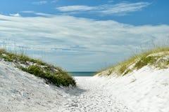 Weg, zum im Sand auf den Strand zu setzen Lizenzfreies Stockfoto