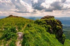 Weg zum Rand einer felsigen Klippe Stockbild