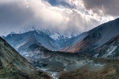 Weg zum Tilicho See, bis zum Himalaja in den Wolken Lizenzfreies Stockfoto