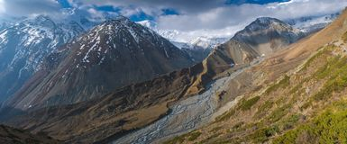 Weg zum Tilicho See, bis zum Himalaja in den Wolken Stockbilder