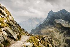 Weg zur Bergspitze über dem Abgrund lizenzfreies stockbild