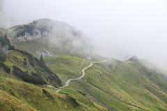 Weg zur hölzernen Kabine in den nebeligen Bergen lizenzfreies stockbild