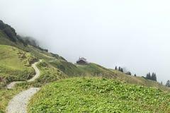 Weg zur Kabine im Nebel in den Bergen stockfoto