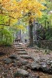 Weg zur rustikalen Wassermühle Stockbild