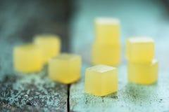 Weganinów cukierki Domowej roboty agar galarety sześciany na podławym nieociosanym backgro Obrazy Stock