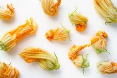 Weganin odżywki jedzenie Świezi Zucchini kwiaty zdjęcia stock