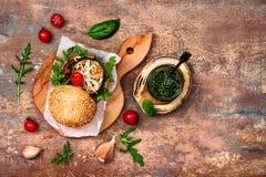Weganin piec na grillu oberżynę, arugula, flanc i pesto hamburgeru, Veggie burak i quinoa hamburger Odgórny widok, koszt stały, m obrazy stock